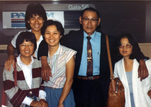 Leo-Lew-returns-to-China.-Students-send-him-off-@-SF-Airport,-1983.-Filmaker-Arthur-Dong-in-back-row.-Photo-by-Young-Gee